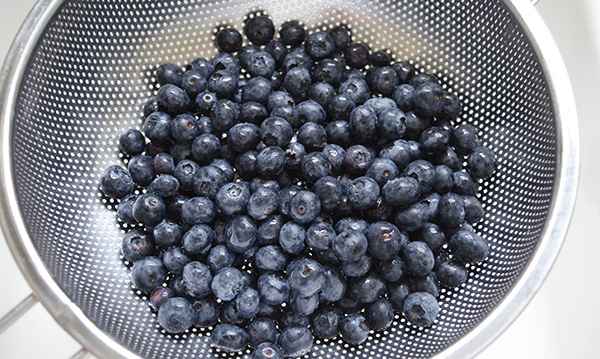 hanhgry.com | fresh blueberries in a colander