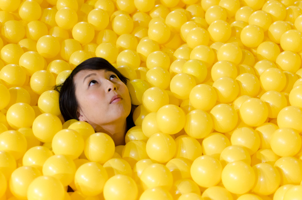 hanhgry.com | color factory yellow room ball pit